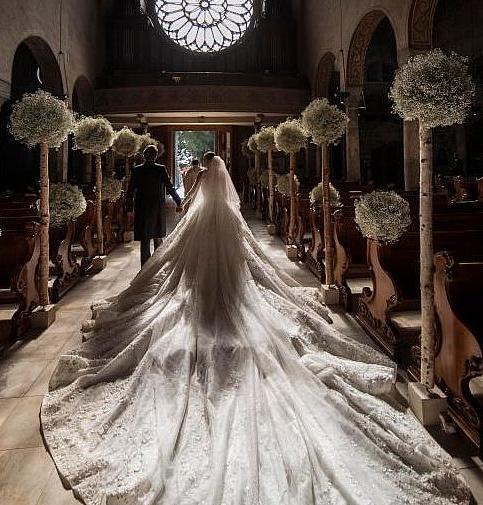 Suknia Victorii Swarovskiej ozdobiona 500 tys. kryształów
